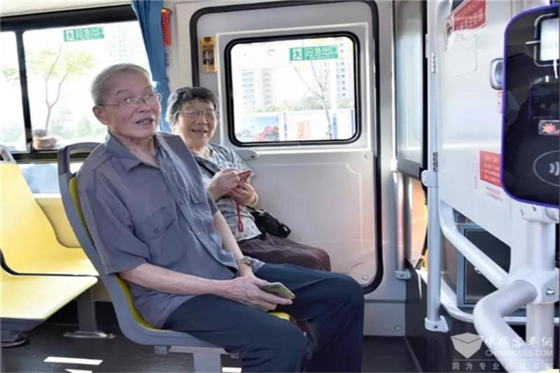 """金龙""""逍遥""""厦门环湾810线路上线运营"""