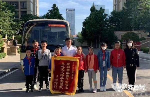 """""""520公交驾驶员关爱日"""" 小学生给驾驶员送来贺卡和锦旗"""