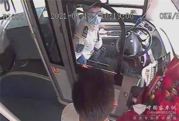 全国公交驾驶员关爱日 济南一位乘客为驾驶员送来鲜花