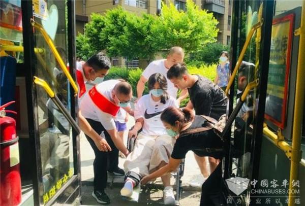 长春:520公交驾驶员关爱日 情满公交与爱同行