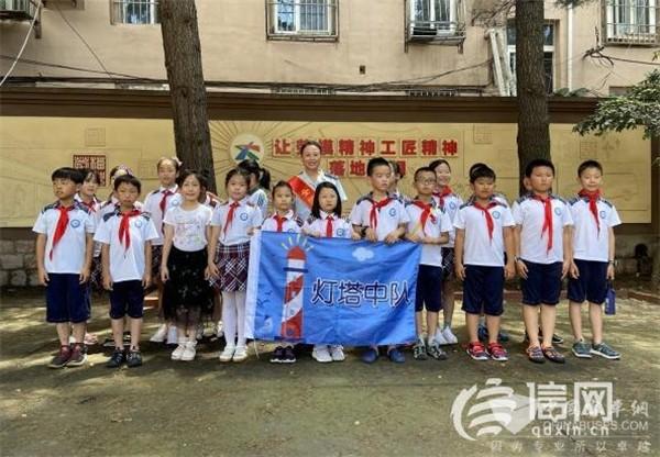 青岛:小学生走进公交场站 近距离感受劳模精神