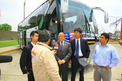 中国机械工业联合会副会长张小虞在宇通车前接受采访