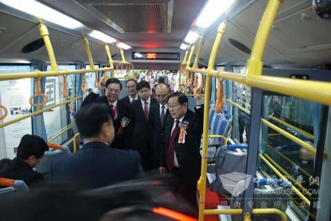 科技部部长万钢在混合动力公交上