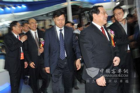 全国政协副主席、科技部部长万钢等一行领导参观扬子江客车