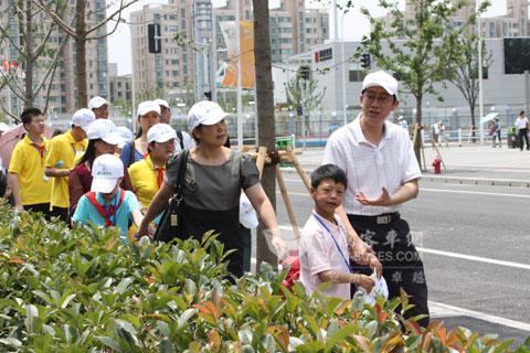张嘉宇总经理与学生手牵手游世博