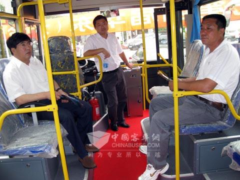 江苏客户向技术人员咨询车辆配置