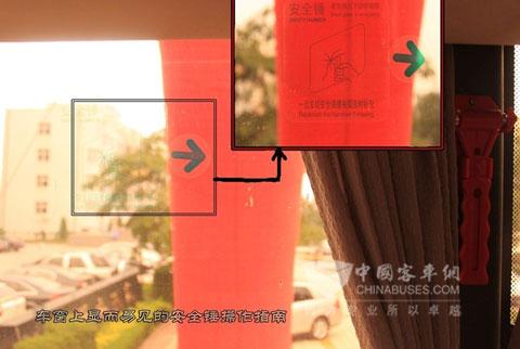 安全锤旁车窗上显眼而且简短易懂的安全锤操作指南