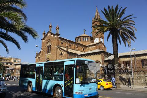 金龙客车畅行在厄立特里亚风景如画的大街小巷