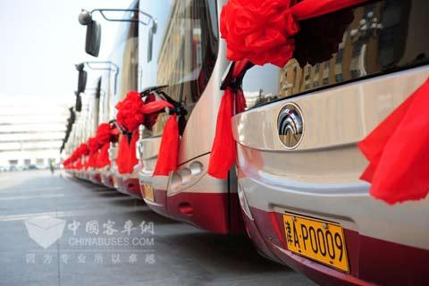 整齐的宇通客车即将服务天津人民-宇通混合动力助天津公交大力发展高清图片