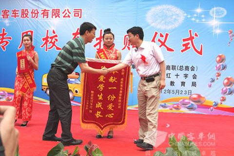 郫县花园学校校长甘波赠送锦旗和证书
