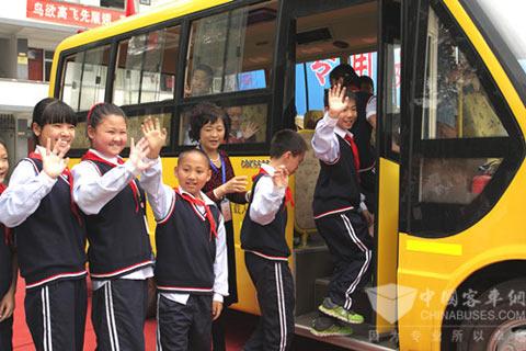 花园学校的孩子们在老师的带领下体验属于自己的校车