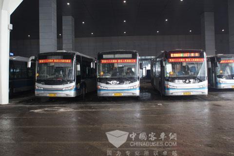 发车广场停靠的中通新能源公交