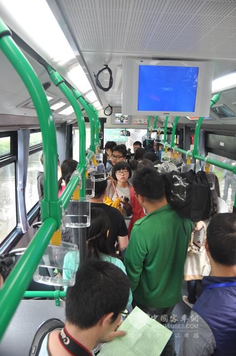 媒体参观青年新型纯电动公交