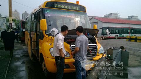 宇通服务人员在对校车做检查