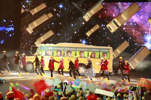 《校车》剧照-孩子们在表演《我们的校车》