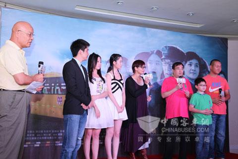 著名电影发行人高军(左一)与影片主演演员和媒体进行交流