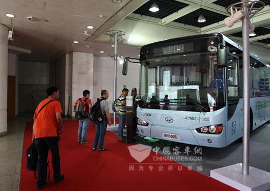 观众参观海格新能源公交客车