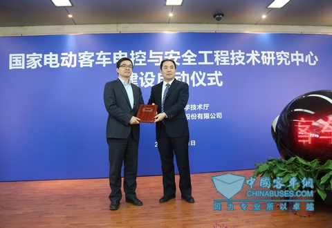 技术中心主任牛波向欧阳明高教授颁发技术委员会主任委员聘书
