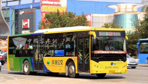 申龙交付天津滨海公交50台插电式混动客车高清图片