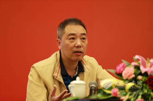 福州康驰新巴士有限公司副总经理郑肇宏上台交流