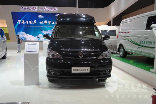 """2015年4月20日,以""""创新·升级""""为主题的第十六届上海国际汽车工业展览会于国家会展中心(上海)隆重开幕。华晨(大连)专用车携史上最强专用车产品阵容:华颂7高端商务车、大海狮VIP商务车、阿迪雅拖挂式Astella663HT、自行式Matrix590SG两款进口房车、阁瑞斯C级房车、阁瑞斯高端福祉车、X30纯电动物流车、BQR四轮越野消防摩托车及大海狮监护型(ICU)救护车9款高端专用车首次震撼亮相。众多媒体和参观者对看到如此品种繁多的精品专用车惊叹不已。  华"""