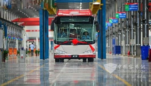 """第一辆""""金马""""牌纯电动公交车缓缓驶下生产线宝马x2排放量图片"""
