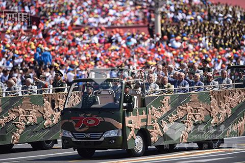 阅兵式上老兵乘坐安凯宝斯通敞篷车受阅