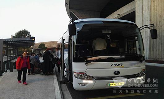 以往多次采访或旅行,经常租赁年过十年的老旧旅游巴士,成为行程的美中不足,因为在欧洲,旅游巴士没有报废年限,超期服役的巴士比比皆是。另外,欧洲用户不会轻易选择欧盟外客车品牌,而本土品牌,产量有限,价格昂贵,本土化车辆更新成本在三四十万欧元,对于他们来说,也是不小的负担。作为老牌资本主义,市场经济与企业利润也是至高无上的,因此,购置成本成为欧洲旅游巴士更新的重要考量之一。   安全与监管,必备行车记录仪。尽管欧洲警察很少查违章,但查到一次会罚得相当狠。来到欧洲市场的客车必须符合安全与监管的要求,更有可能在