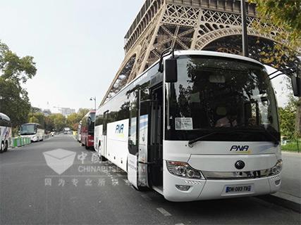 停靠在巴黎铁塔下的宇通客车