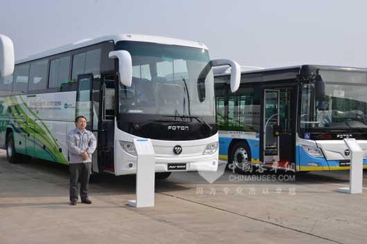 """2015年10月20日,福田汽车集团在河北省张家口市宣化工厂举办了""""服务绿色冬奥?引领中国制造""""系列活动,福田欧辉现场展示的BJ6127、BJ6851和BJ6123新能源车型得到了张家口市领导的高度认可,并当场进行了APEC服务车型交车仪式。   为了实现2022年绿色冬奥的目标,福田欧辉客车先后牵手张家口通泰运输集团、张家口京西公共交通总公司助力张家口打造""""绿色交通""""示范工程。  APEC服务车型交车仪式   据张家口市委书记侯亮介绍,张家口,这个毗邻北京"""