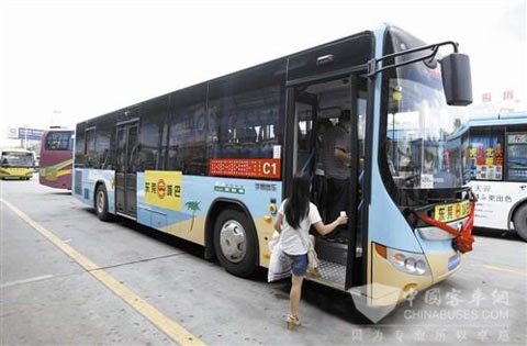 在东莞城巴c1路试运行的宇通油电混合动力客车高清图片