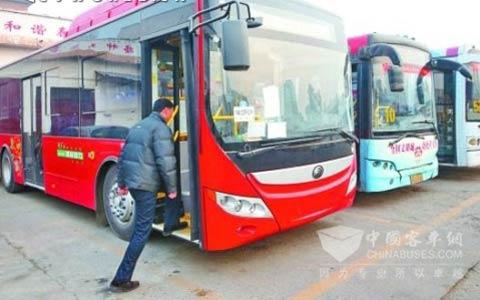 靓丽的混合动力公交车抵达洛阳