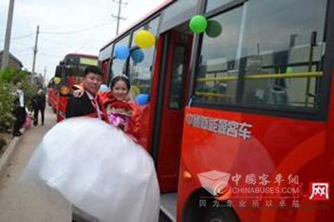 泰安公交小伙电动公交客车迎新娘