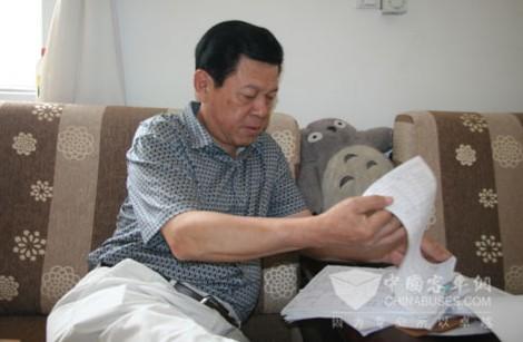 新国线集团(聊城)有限公司机务副总李崇琳给记者讲解节油状况