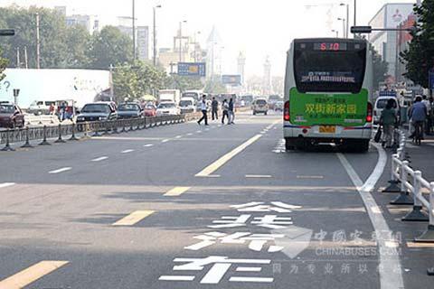许多城市开辟了公交专用车道