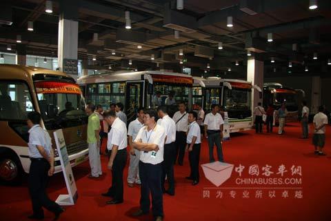 上百名客运代表查看申龙平安中国行展车