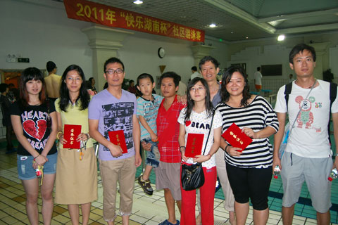 主办并积极参与社区的游泳比赛