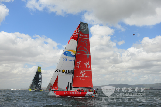 印制着红色东风双飞燕LOGO的帆船