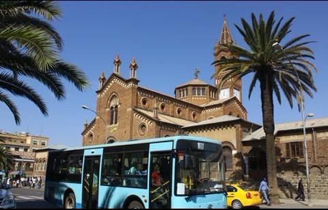 金龙客车畅行在厄立特里亚风景如画的大街