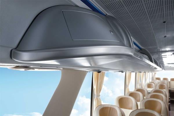 云端,是一种由尖端科技带来的舒适、奢华、便捷的生活体验。宇通,将这一体验带到旅行车中,让众心向往的科技感、舒适感和旅行完美融合,让您一路畅享无限乐趣。宇通全新云端旅行车,不唯有时尚奢华的外形、精致 环保的内饰,还有WIFI无线网络等先进科技配置让乐趣升级。人性化的驾乘空间,让在座者如沐云端:全承载、轻量化设计,让投资成本大幅降低:绝佳的静音效果,让清净如影随形 宇通云端旅行舱,时尚奢华一眼便知:流线感低风阻车头,高档的灯壳免底涂磨砂工艺,双远光配置、LED 装饰头灯、内嵌LED组合式尾灯,带来更清晰、更安
