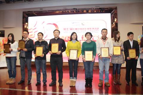 2013年度海外市场推荐客车获奖企业代表领奖