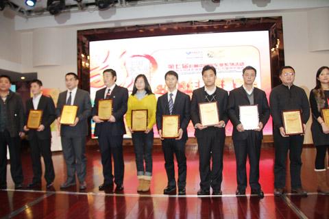 2013年度新能源客车推荐车型获奖企业代表领奖